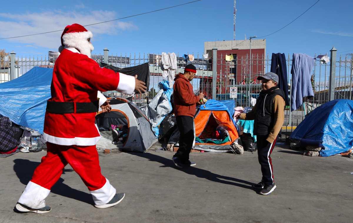 Un Santa Claus futbolero alivia la dura espera de niños migrantes en la mexicana Ciudad Juárez