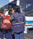 Un grupo de deportados de Estados Unidos sale de la Fuerza Aérea Guatemalteca. (Foto Prensa Libre: María René Barrientos).