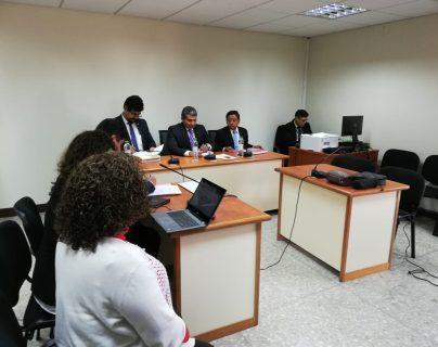Magistrados de la Sala Segunda de Mayor Riesgo explican a los abogados de Igor Bitkov que enero darán a conocer decisión de apelación especial. (Foto Prensa Libre: Edwin Pitán)