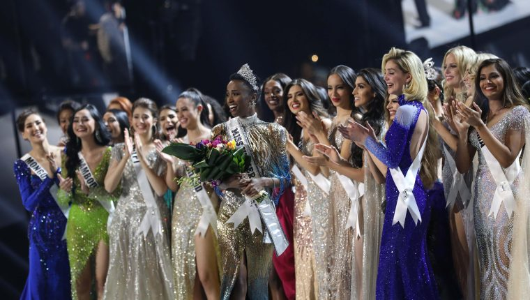 Miss Sudáfrica, Zozibini Tunzi (centro), recibió mensajes de halago por romper estereotipos, pero también de racismo. (Foto Prensa Libre: AFP)