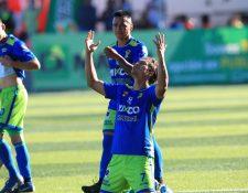 El jugador salvadoreño Dustin Corea celebra uno de los dos goles para Deportivo Mixco. (Foto Prensa Libre: Norvin Mendoza)
