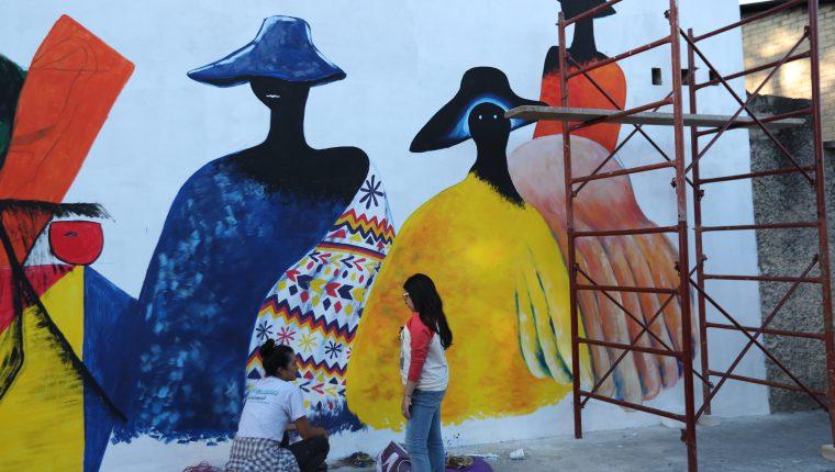 En la  12 avenida, zona 3 de Xela, se pueden observar algunos de los murales de Xela. (Foto Prensa Libre: María Longo)