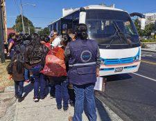 Centroamericanos están llegando al país enviados por EE. UU. como parte de un acuerdo con Guatemala. (Foto Prensa Libre: María René Barrientos)