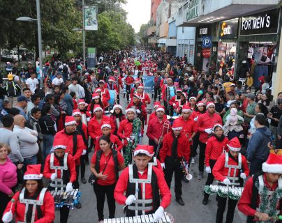 Estudiantes de distintos centros educativos participan en el tradicional desfile navideño de la sexta avenida, zona 1.  Fotografía Prensa Libre: Erick Avila.