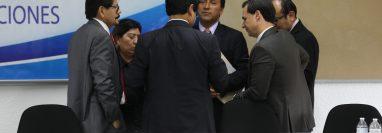 El comisionado Julio César Cuyuch -de frente- platica con otros comisionados luego de finalizar la sexta sesión de la comisión de Postulación para Corte Suprema de Justicia. (Foto Prensa Libre. Miriam Figueroa)