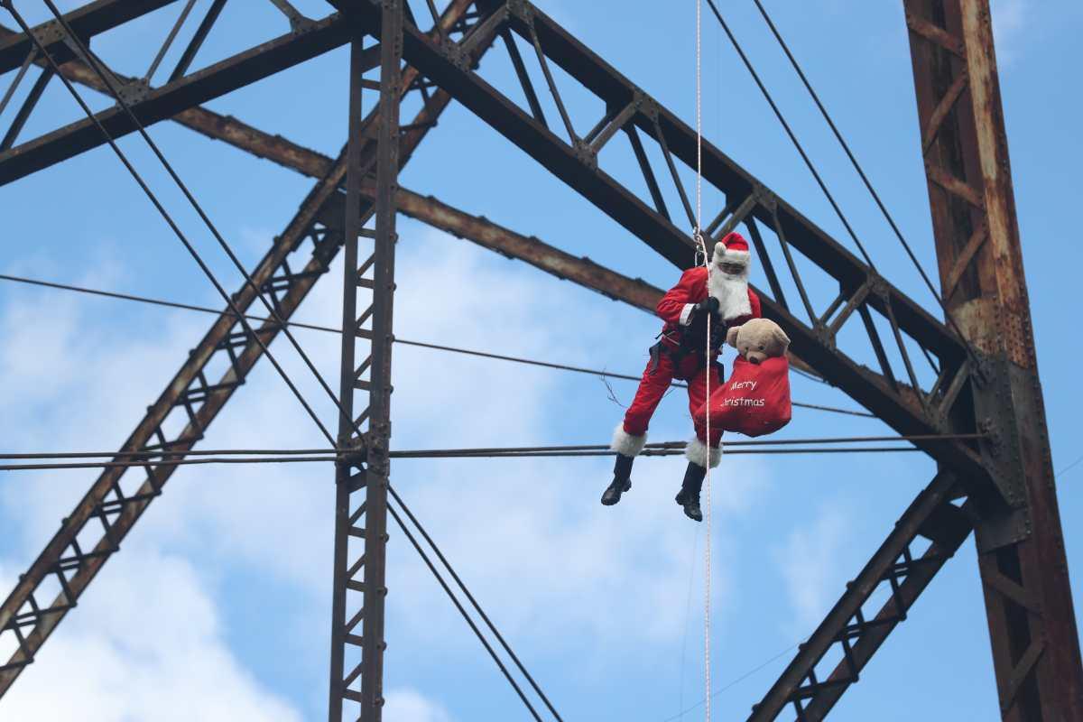 """""""Estos niños se robaron mi corazón"""": Santa baja de nuevo del puente Las Vacas para llevar felicidad"""