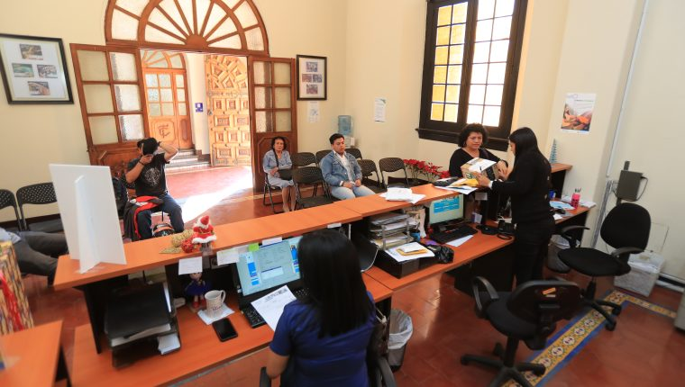 Están en operación 44 agencias del Correo Nacional, con 216 trabajadores. Se prevé instalar 25 oficinas más y subir en 59 anuales el número de empleados. (Foto, Prensa Libre: Juan Diego González).