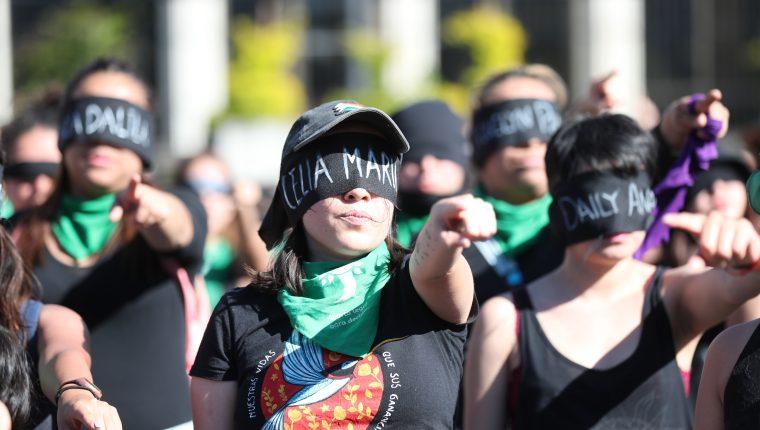 Con los ojos vendados y vestidas de negro, varias guatemaltecas se unieron al movimiento mundial y manifestaron su rechazo a la violencia machista. (Foto Prensa Libre: Hemeroteca PL)