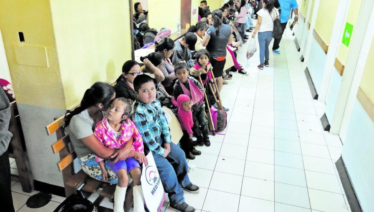 Las carencias en los hospitales continúan y servicios de salud no se dan abasto para atender a la población, lo que se convierte en un reto para la nueva administración en el área de Salud. (Foto Prensa Libre: Hemeroteca PL)