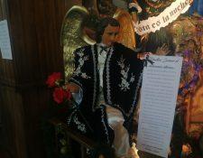 El listado de las víctimas se colocó para que los fieles puedan orar por las familias afectadas. (Foto Prensa Libre: María Longo)