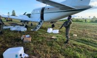 Una de las avionetas detectadas por el Ejército de Guatemala se encuentra resguardada en Izabal. (Foto Prensa Libre: Ejército de Guatemala)