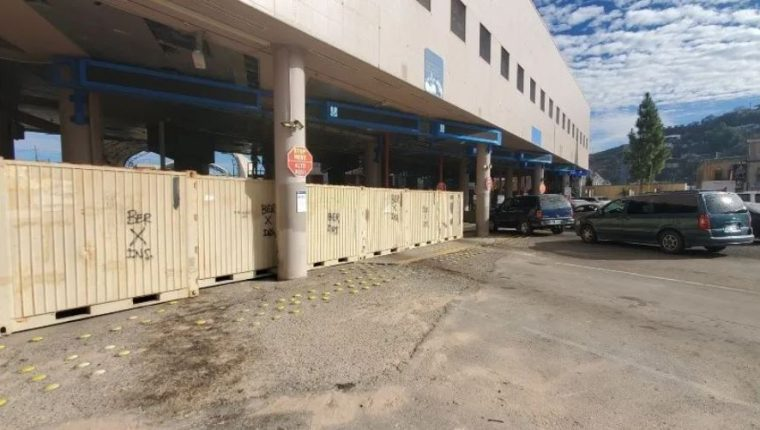 Autoridades han reforzado la seguridad en las garitas de Nogales ante intentos de migrantes por cruzar la frontera. (Foto Prensa Libre: Efe)