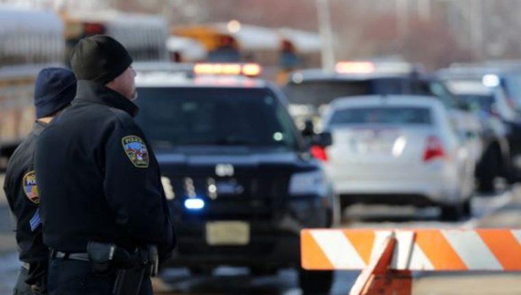 Policía de Oshkosh en la escuela secundaria del Oeste, donde ocurrió el tiroteo. (Foto tomada de UsaToday)
