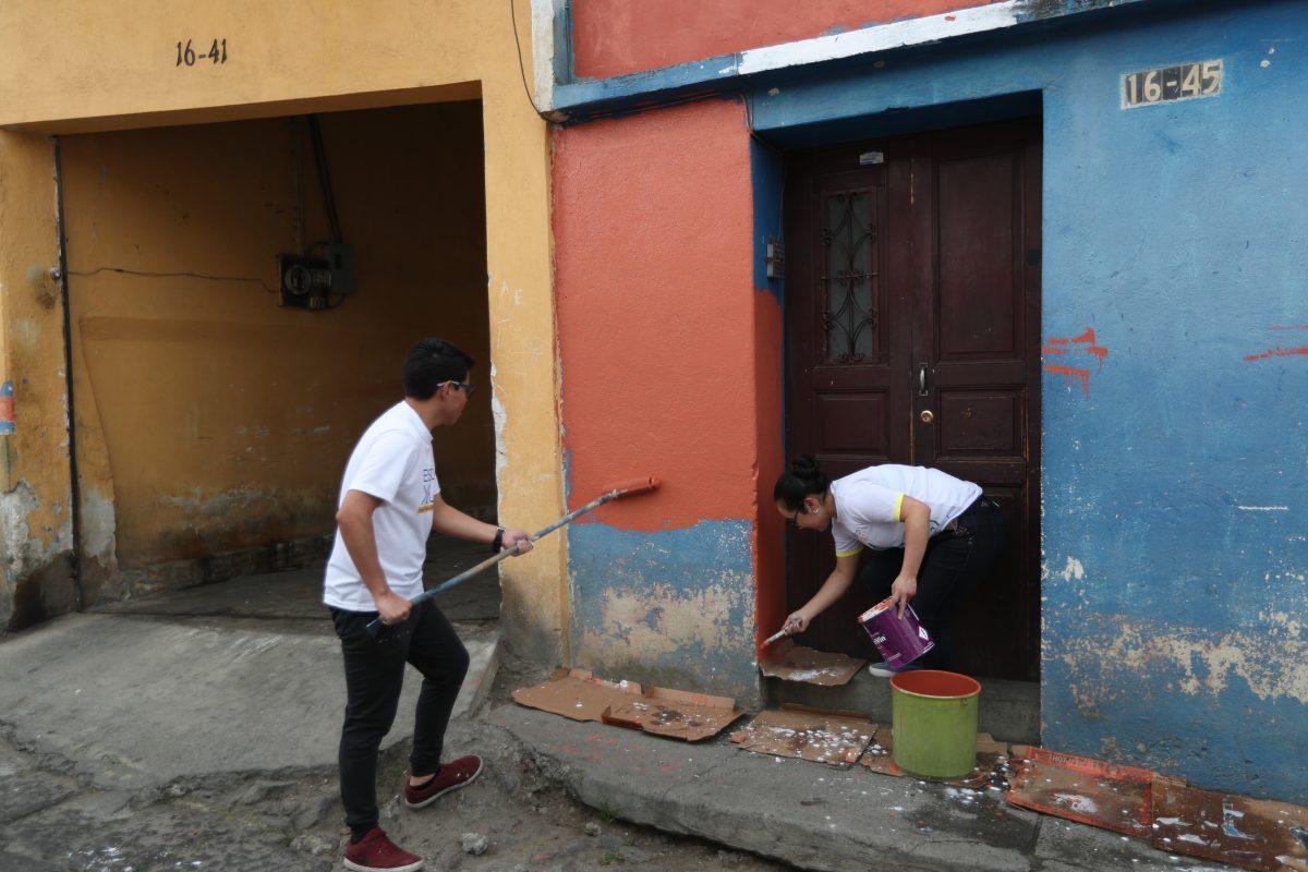 Universitarios pintan viviendas del Centro Histórico