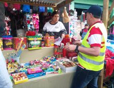 Personal de la Municipalidad de Quetzaltenango hizo una visita preventiva a los comerciantes para advertirles que no está autorizado que vendan pirotecnia en el mercado La Democracia. (Foto Prensa Libre: María Longo)