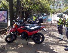 Agentes de la PMT multan a motoristas que ocupan áreas para peatones. (Foto Prensa Libre: Cortesía)