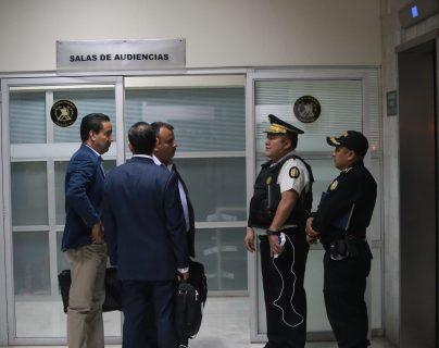 El director de la PNC Roberto Tohom Escobar dialoga con asesores legales para asistir al policía detenido quien comparecerá ante un juez. (Foto Prensa Libre: Cortesía PNC)