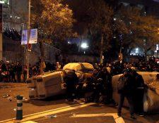 Incidentes en los aledaños del Camp Nou durante la celebración del clásico español entre Barcelona y Real Madrid. (Foto Prensa Libre: EFE)