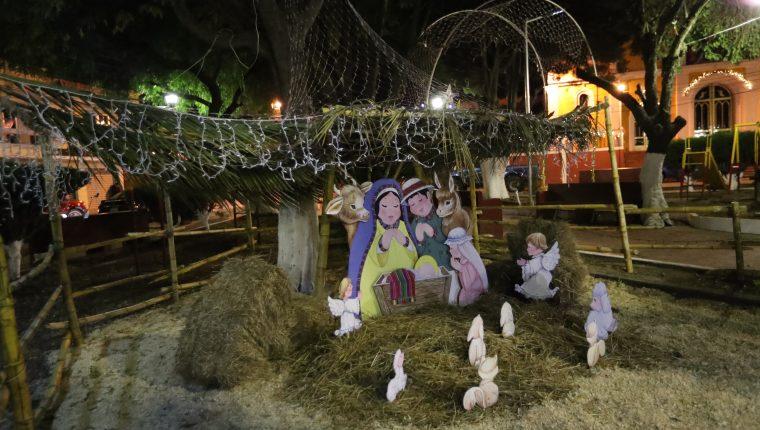 Así se observaba el nacimiento del parque El Carmen después de la suspensión de la energía eléctrica de las luces navideñas, hecho por el que los vecinos señalan al alcalde. (Foto Prensa Libre: María Longo)