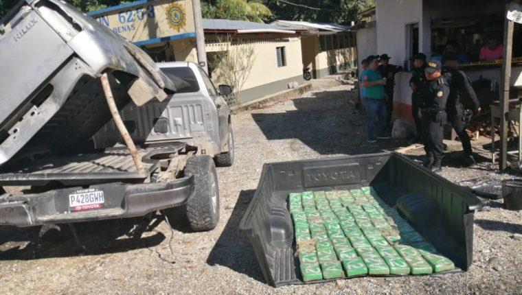 Agentes de la PNC resguardan un picop interceptado en San Luis, Petén. (Foto Prensa Libre: EJército de Guatemala)