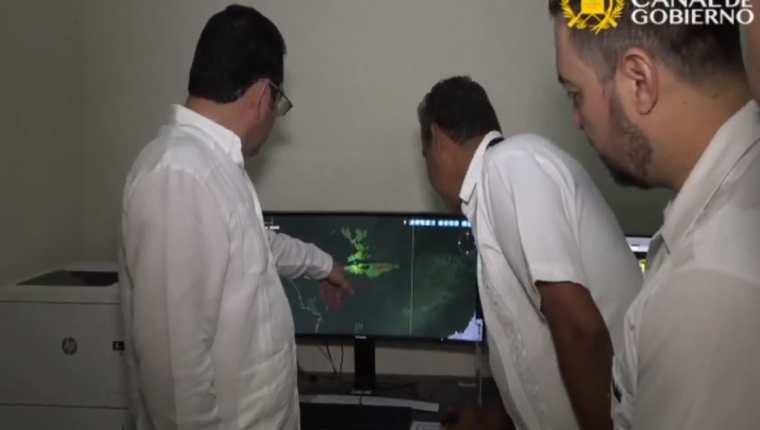 El presidente Jimmy Morales supervisa el nuevo sistema de radares instalados en el Aeropuerto Mundo Maya en Petén. (Foto Prensa Libre: Tomada del Canal de Gobierno).