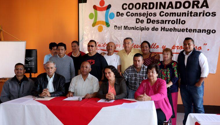 Integrantes de la Coordinadora de Consejos Comunitarios de Desarrollo y otros esctores en conferencia de prensa piden desalojar a vendedores informales. (Foto Prensa Libre: Mike Castillo)