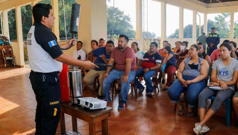 Personal de diferentes instituciones que integran en Plan Belén capacitan en Retalhuleu a los vendedores de pirotecnia. (Foto Prensa Libre: Rolando Miranda).