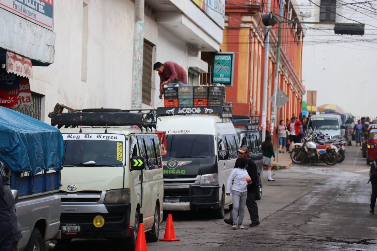 Vecinos y transportistas señalan desorden vial por estacionamientos no autorizados