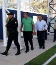 La Policía Nacional Civil y hermanos de La Salle revisan las instalaciones del colegio La Selle donde se efectuará a la beatificación. (Foto Prensa Libre: Mike Castillo)