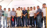 Juan José Gutiérrez (al centro) junto a los representantes de cada familia beneficiadas con una vivienda donde podrán reinciar sus vidas después de sobrevivir a la erupción del volcán. (Foto Prensa Libre: Hilary Paredes)