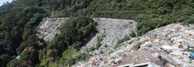La Municipalidad de Santiago Atitlán, Solola, lanza sus desechos en el área protegida El Mirador del Rey Tepepul (Foto Prensa Libre: Mynor Toc)