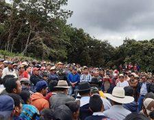 Vecinos de San Bartolomé Jocotenango rodean a Andrés Lares, y familiares de este, a quienes exigen que permita reparar la tubería que pasa por su propiedad. (Foto Prensa Libre: Héctor Cordero)
