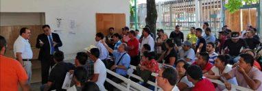 El cónsul Ranger Morales verifica en Ciudad Cuauhtémoc el trámite de la Tarjeta  de Visitante Regioinal. (Foto Prensa Libre: Cortesía)