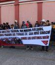 Mozos Colonos que no están de acuerdo con la compra de la finca de San José Sinaché, Zacualpa, realizan manifestación frente a gobernación de Quiché, (Foto Prensa Libre: Héctor Cordero)