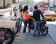 Autoridades piden no pagar a nadie, cuando se estacionan en la vía pública. (Foto Prensa Libre: Hilary Paredes)