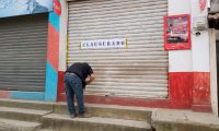 Un agente de la Fiscalía de Delitos Contra la Propiedad Intelectual clausura una farmacia en Jacaltenango Huehuetenago. (Foto Prensa Libre: Cortesía PNC)