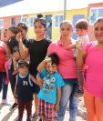 Este jueves recibieron las primeras cinco familias las llaves de su nuevo hogar, donde junto a sus hijos iniciaran una nueva vida, alejadas del peligro del volcán. (Foto Prensa Libre: Hilary Paredes)