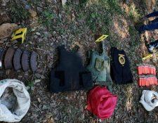 Tolvas para fusil AK-47, chalecos blindados y lámparas para visión nocturna tenía el grupo armado en su poder. (Foto Prensa Libre: PNC)