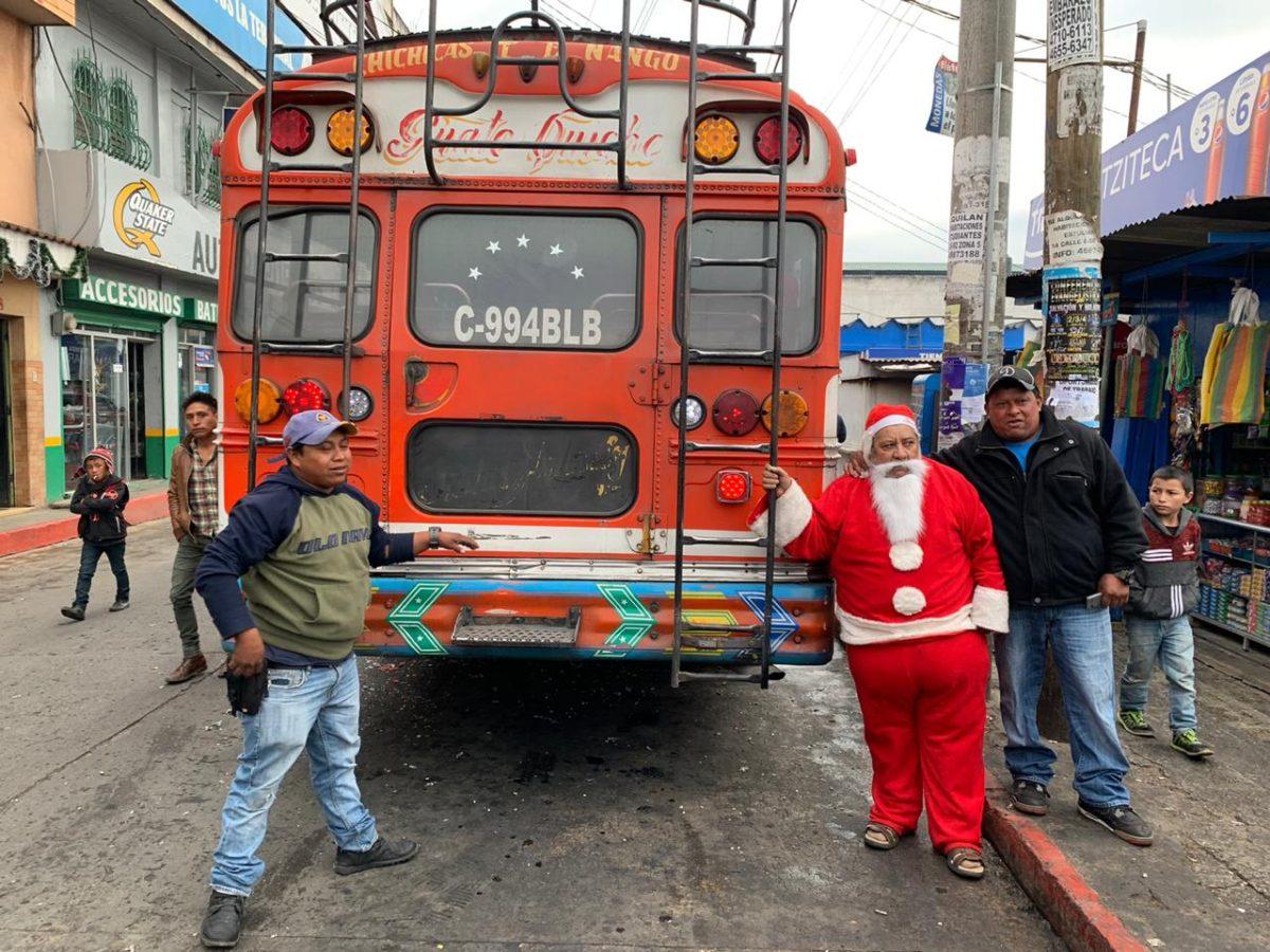 Santa Claus conduce un bus extraurbano de la capital a Quiché