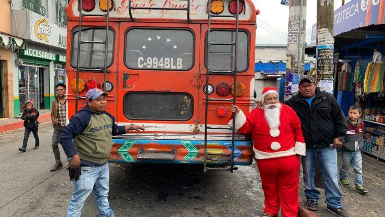 César Tobías, piloto de un bus extraurbano, sorprendió a los pasajeros que se trasladaron de la capital a Quiché. (Foto Prensa Libre: Héctor Cordero)
