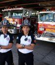 José Ortíz y Kevin Martín, dos de los socorristas de turno en la 17 compañía de Bomberos Voluntarios de Huehuetenango, dejaron a su familia para atender emergencias en Navidad. (Foto Prensa Libre: Mike Castillo)