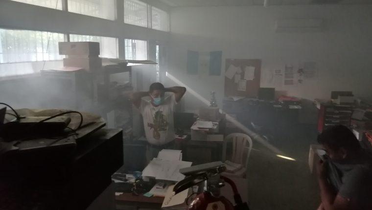 El incendio en la oficina inició a las 4 am, según reportó el personal del Hospital. (Foto Prensa Libre: Cortesía)