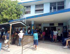 Las visitas en el Hospital regional de Zacapa han sido restringidas debido a un brote de influenza. (Foto Prensa Libre: Dony Stewart)