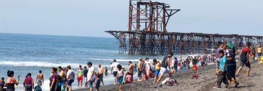 Autoridades de turismo estiman que al menos 10 mil personas visitarán la playa pública de Champerico, Retalhuleu, durante la fiesta de Año Nuevo.  (Foto Prensa Libre: Rolando Miranda)