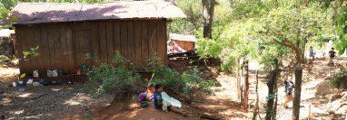 Los niños de la aldea Belice no tienen otra opción más que estudiar solo la primaria, pues debido a la pobreza no pueden viajar hasta Siquinalá para continuar con sus estudios. (Foto Prensa Libre: Carlos Paredes)