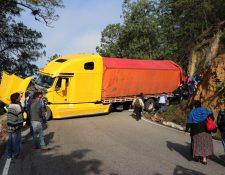 En la ruta que comunica Chichicastenango con Santa Cruz del Quiché son comunes los accidentes de tránsito provocados por tráileres y camiones. (Foto Prensa Libre: Héctor Cordero)