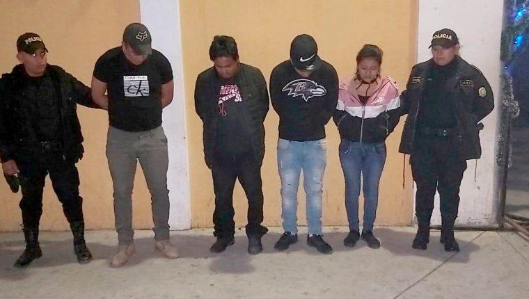 Una mujer y cuatro hombres son trasladados a la sede policial en la zona 5 de Huehuetenango, tras ser señalados de cometer robos a tiendas y comercios. (Foto Prensa Libre: PNC)