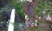 Tubería rota en Camanchaj, Chichicastenango, la cual lleva el agua entubada a En Camanchaj, Chichicastenango, un grupo de pobladores habría dañado la tubería de agua que abastece a la cabecera municipal. (Foto Prensa Libre: Héctor Cordero)