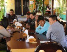 Representantes de los pueblos indígenas ante el Codede de Quiché en reunión privada con diputados oficialistas del departamento. (Foto Prensa Libre: Héctor Cordero)