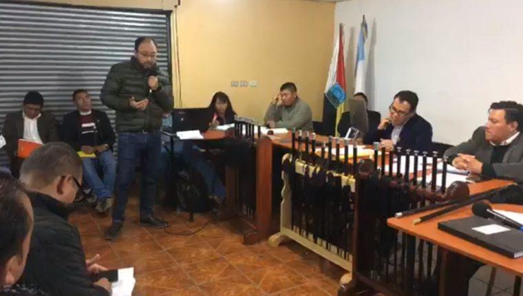 Francisco Sosa, representante de Energuate, expone la postura de la empresa con relación a las demandas en Totonicapán. (Foto Prensa Libre: Cortesía)